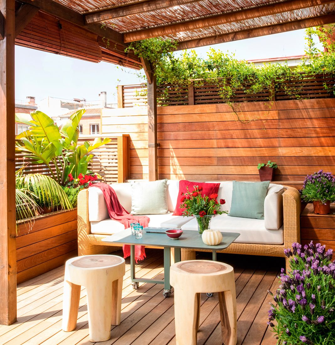 Terraza con tarima pared de lamas de madera horizontal for Sofa terraza madera