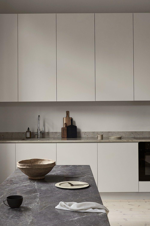 Ett modernt grått kök i Oscar Properties projekt