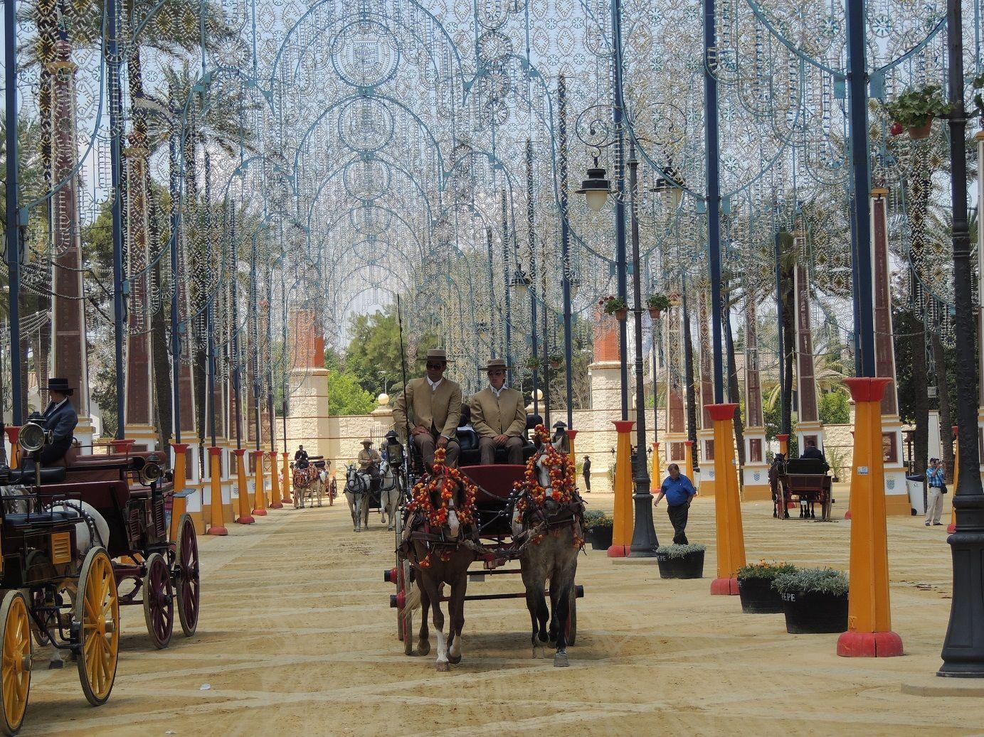 Feria de Jerez (Jerez de la Frontera, Cádiz) - Si algo sabemos hacer en Andalucía es vivir la vida con intensidad y por eso tenemos las mejores ferias del mundo como la famosa feria de Jerez y su mundialmente conocido paseo de carruajes de caballos.