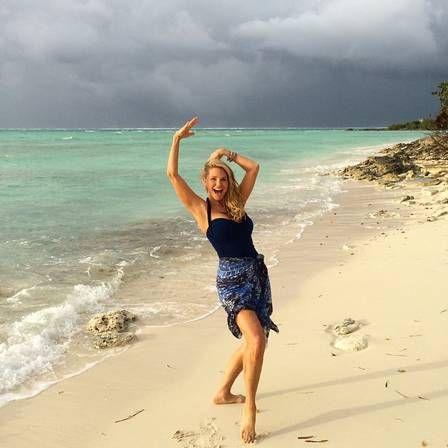 Cristie Brinkley posa em forma em cenário paradisíaco