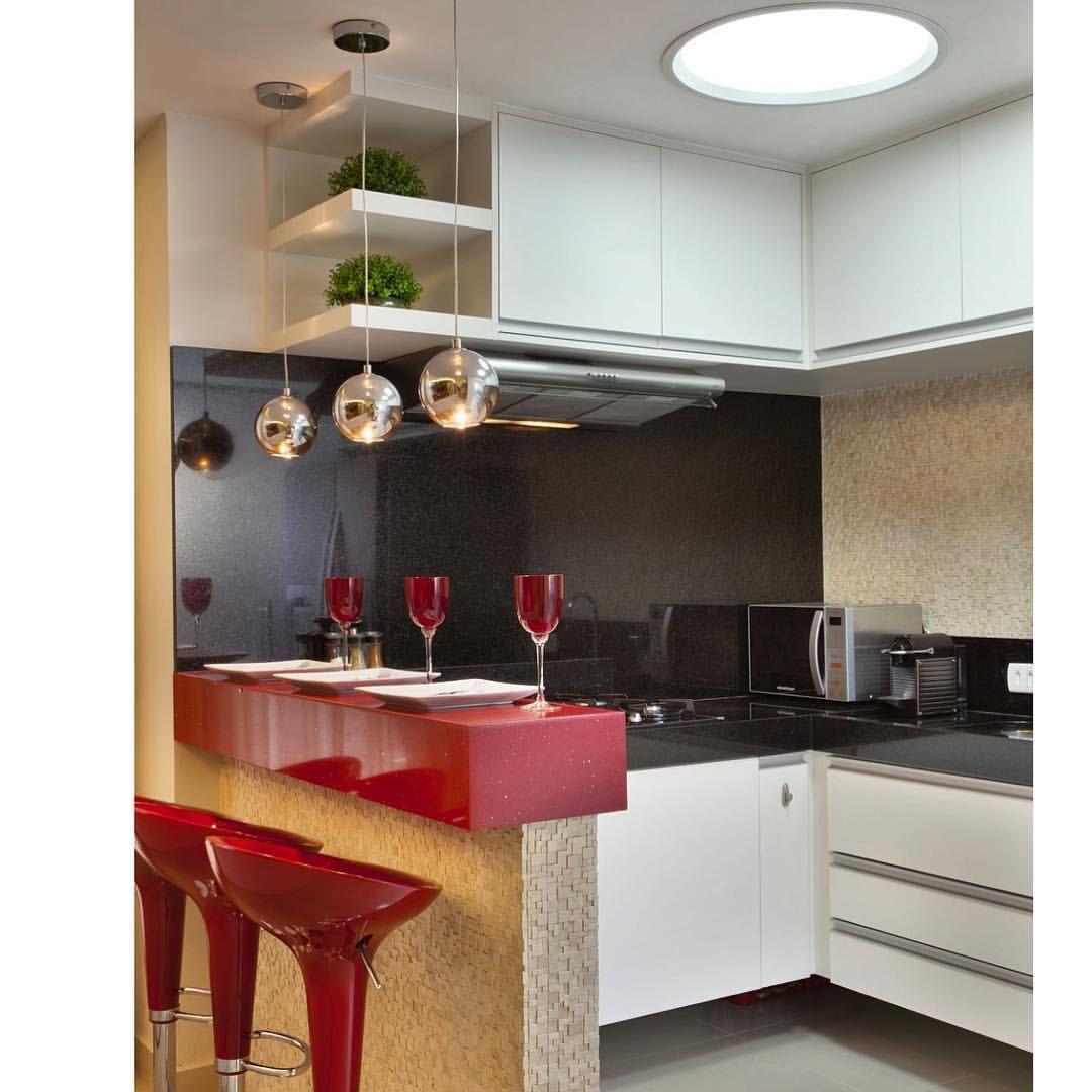 Cozinha Americana Com Destaque Para A Bancada Em Silestone Vermelho