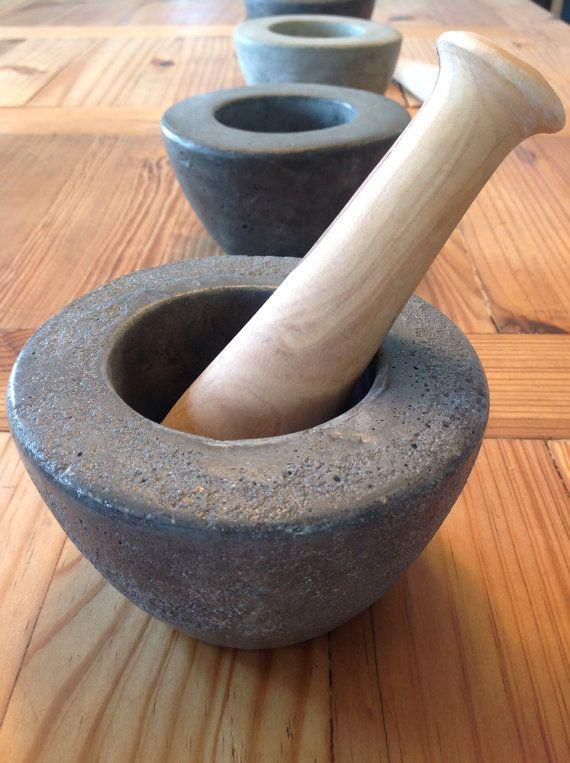 Mortero de hormigón con la maja de madera - Concrete mortar with wooden pestle