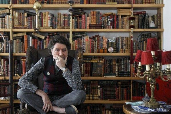 Joaquín Sabina se siente orgulloso de su biblioteca, completamente catalogada, y que incluye una primera edición del Ulises de Joyce