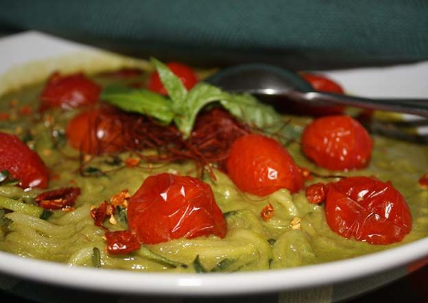http://www.foodulution.com/wp-content/uploads/2015/01/Zoodles_mit_gebackenen-Tomaten_Mandel-Basilikum-Sahne.jpg - VEGAN, PALEO & LOW CARB: Zoodles mit gebackenen Tomaten und Mandel-Basilikum-Sahnesauce