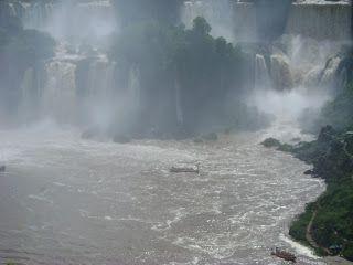 A sensação é incrível, o passeio é inesquecível! Lavei minha alma nas águas do Rio Iguaçu - http://oblognovodalu.blogspot.com.br/2013/02/uma-jornada-muito-esperada-macuco-safari.html
