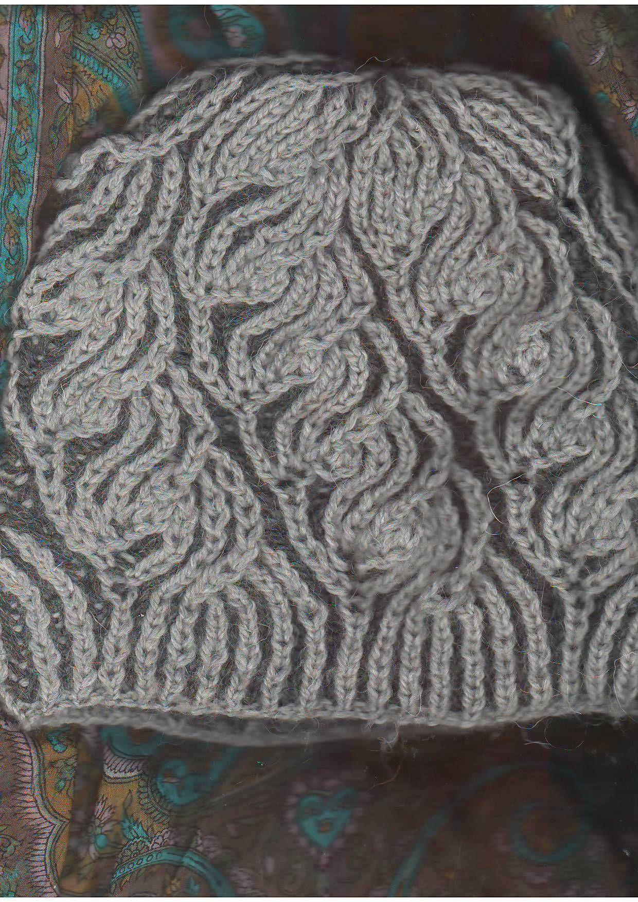 шапка вязаная на круговых спицах двухцветной английской резинкой с