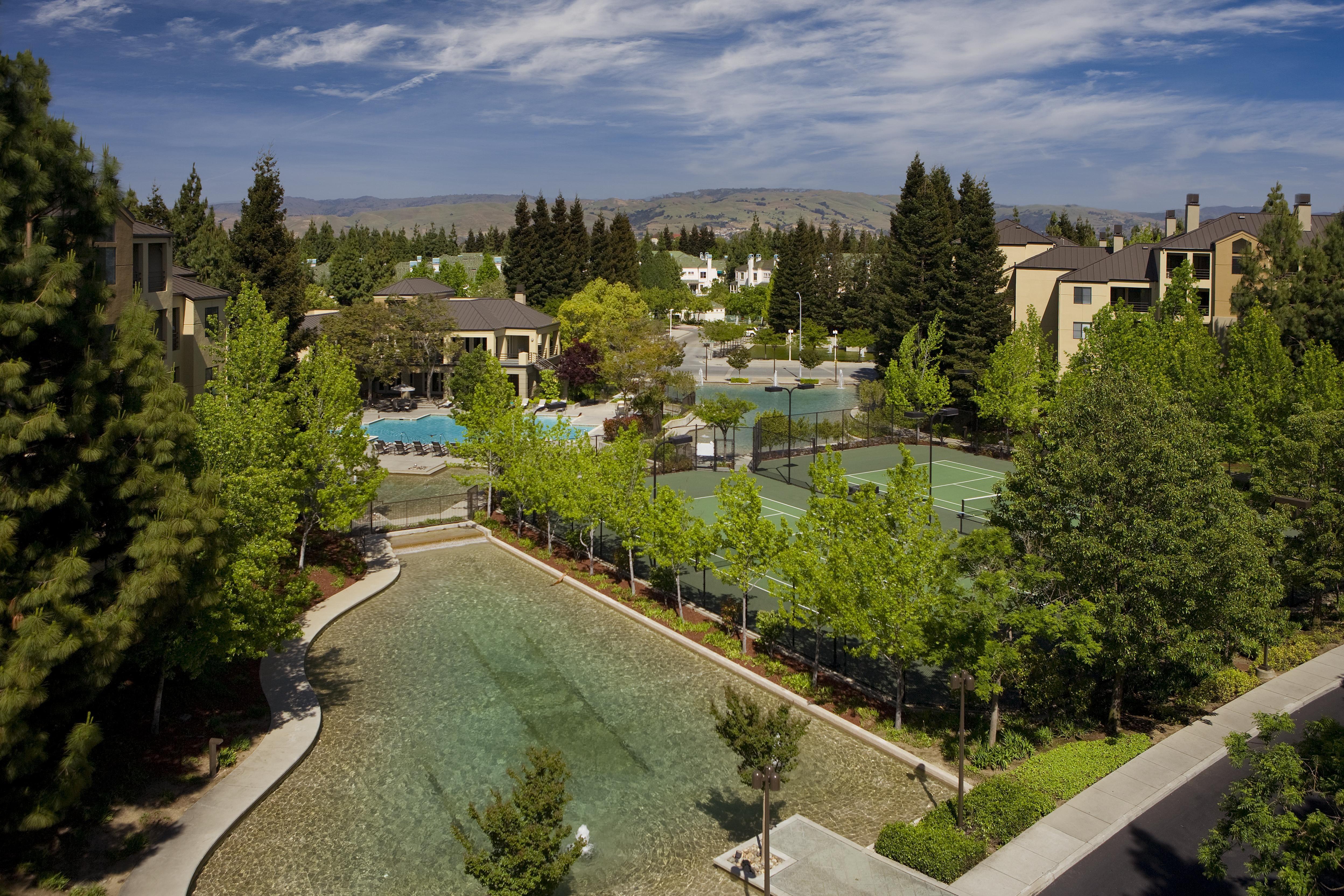 Lush landscaping at Elan at River Oaks in San Jose, CA