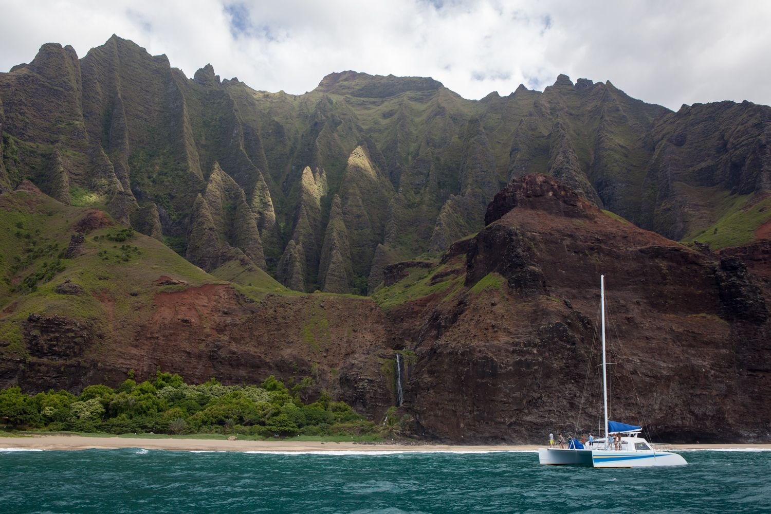 The #NapaliCoast will bring you to your knees, and to another realm of appreciating nature. Don't miss this! . . . #LetHawaiiHappen #KauaiDiscovery #TravelPono #HoloHoloPono #SayYesToAdventure #GoHoloHolo