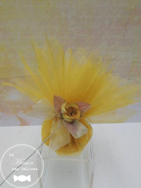 Piquet Bouton De Rose De Couleur Jaune Ocre. Accessoire Idéal Pour