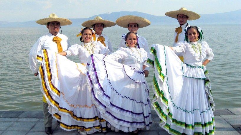 fa5575609 La guayabera blanca es el traje típico que visten los jarochos ...