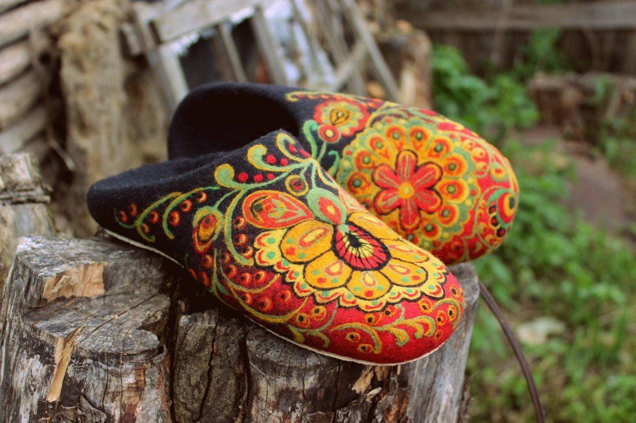 Black felt boho house shoes Natural eco wool Khokhloma needle felt Russian style Handmade home woolen clogs Organic wool Traditional felt