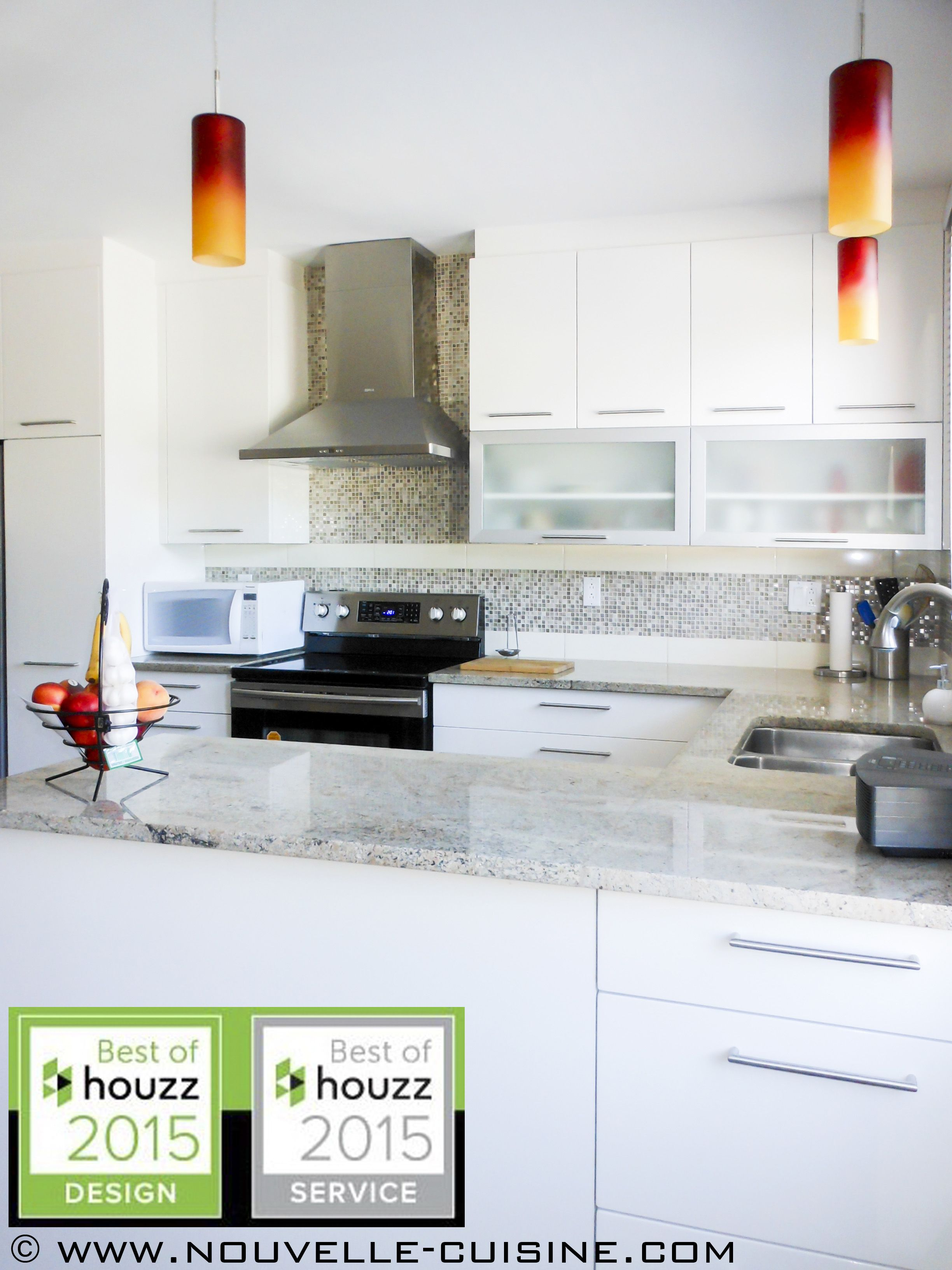 Modern Kitchen With White Polymer Cabinets And Granite Countertops. /  Cuisine Moderne Aux Armoires Blanches