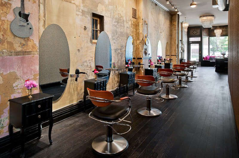 un salon de coiffure au style glam rock