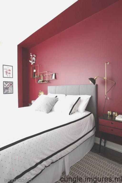 Mur Rouge Bourgogne Dans Une Chambre A Coucher Avec Lampe Murale