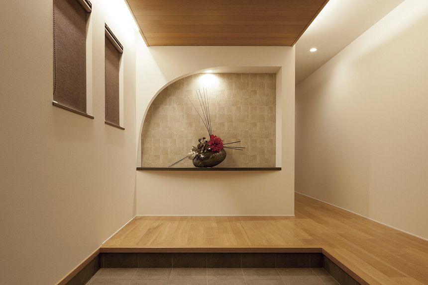 アールの意匠 飾り棚 花器と 玄関 ホールは高級料亭のような雰囲気