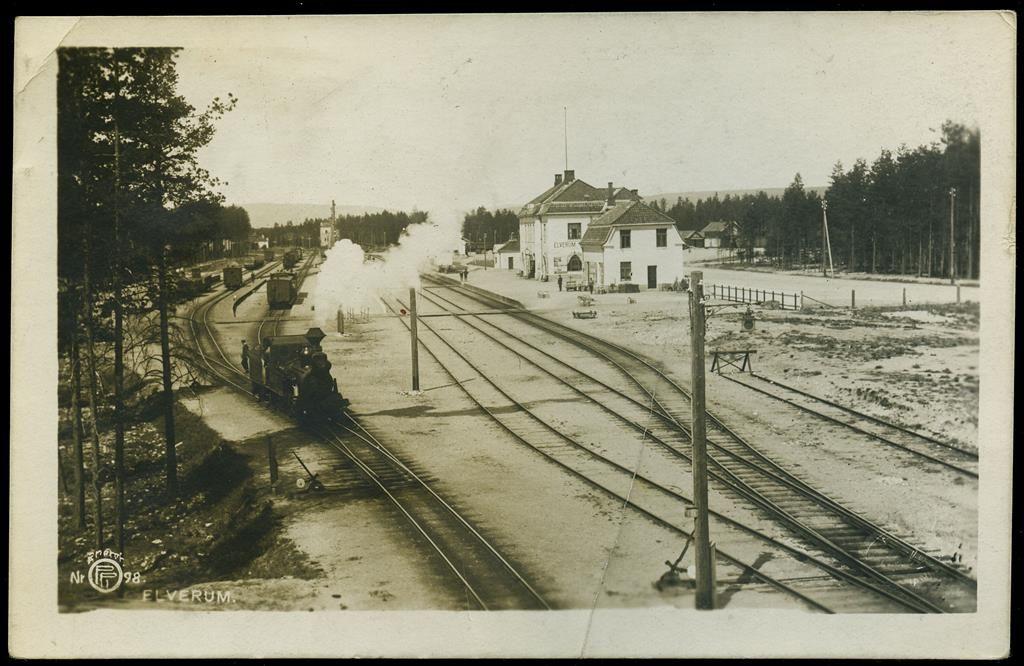 Hedmark fylke Elverum kommune jernbanestasjonen. Utg. Eberh. B. Oppi tidlig 1900-tall