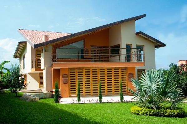 Casa de dos plantas con balcón