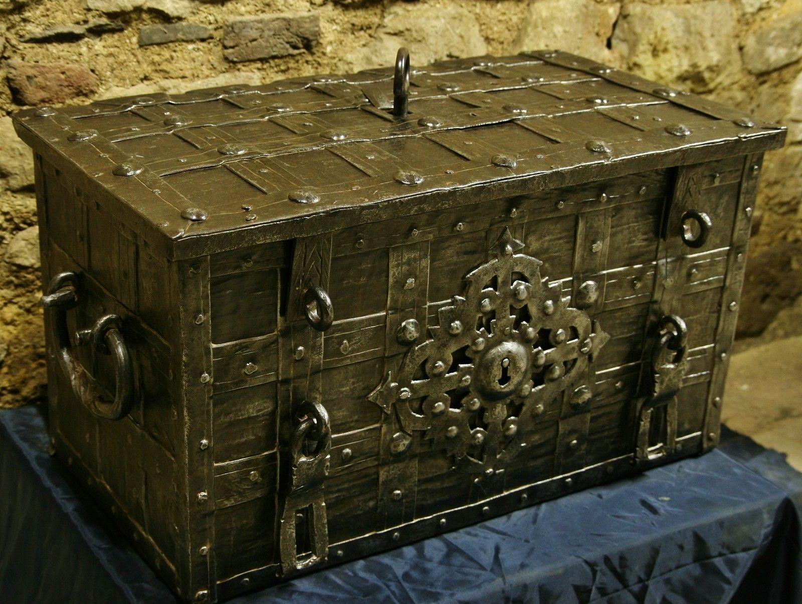 cassaforte soldtruhe geldkasse eisentruhe aus n rnberg um 1600 padlocks cadenas. Black Bedroom Furniture Sets. Home Design Ideas