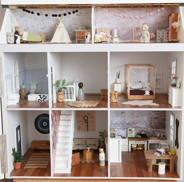 Dollhouse Miniatures Jensen: Having A Tidy Up, Cause You Never Know Who Might Pop In To