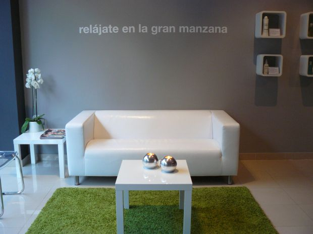 Centro de Belleza In & Out de Málaga. Centro líder en depilación de cejas hombre/mujer con hilo de algodón.