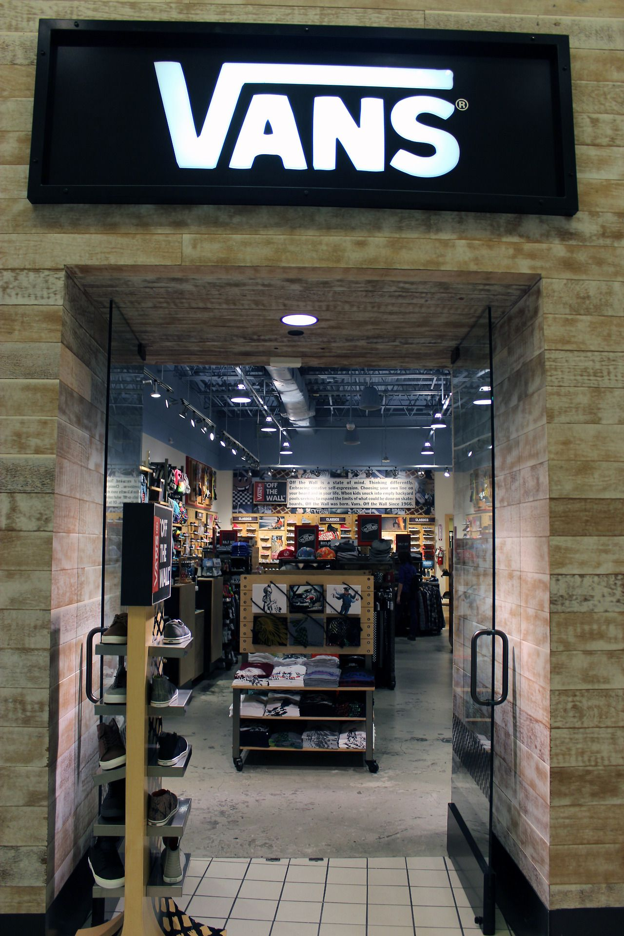 Since when is there a Vans store. Gosh i live in the middle of nowhere f4a80314783