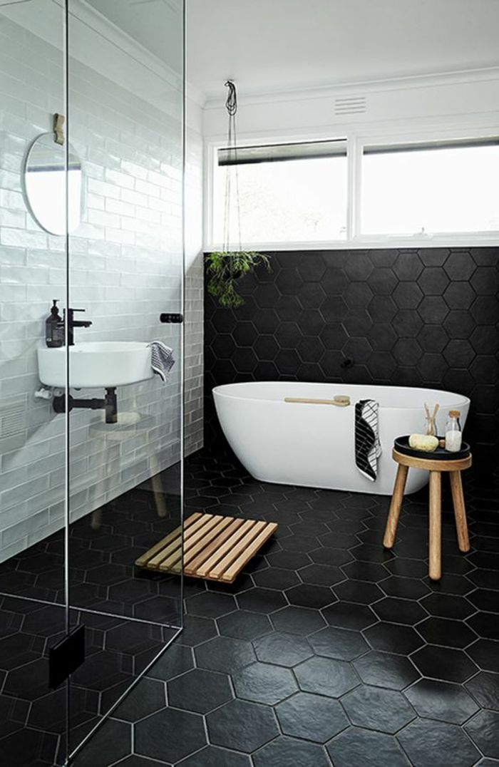Schwarze Fliesen Und Weiße Wände Im Kontrast In Fliesen Badezimmer ... Fliesen Badezimmer Beispiele