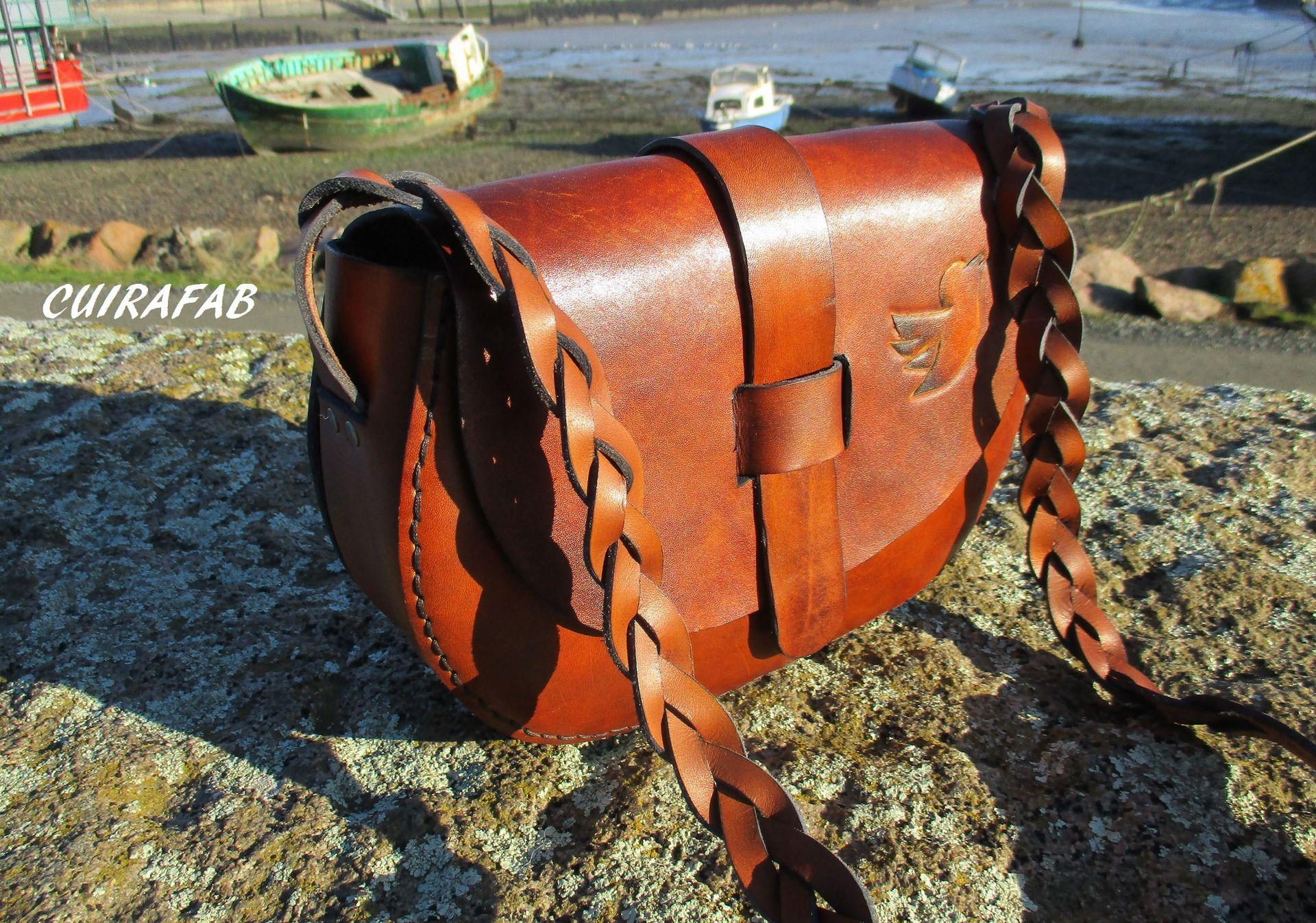 sac cuir , bandoulière, artisanal cousu main , motif repoussé : Sacs bandoulière par cuirafab