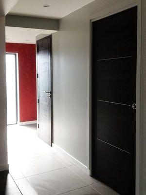 Couloir de distribution entrée, sanitaire, salle de bain Porte à