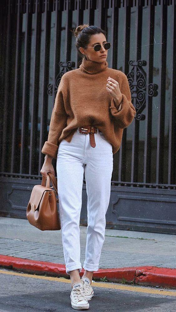 Winterduo: brauner Pullover + weiße Hose - #GuitaModa. Rollkragenpullover, Gürtel #allwhiteclothes