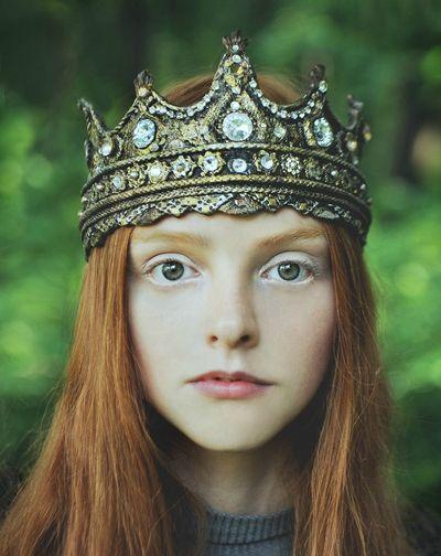 Som liten. Så åtrådd (alla slet efter hennes hår, träden sträckte sig efter henne) men hon såg bara kärlek. Deras drottningrike. Hennes drottningrike.