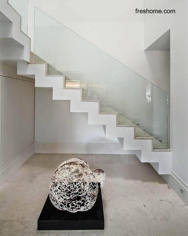 Escalera interior minimalista en casa de madrid deco for Escaleras minimalistas interiores