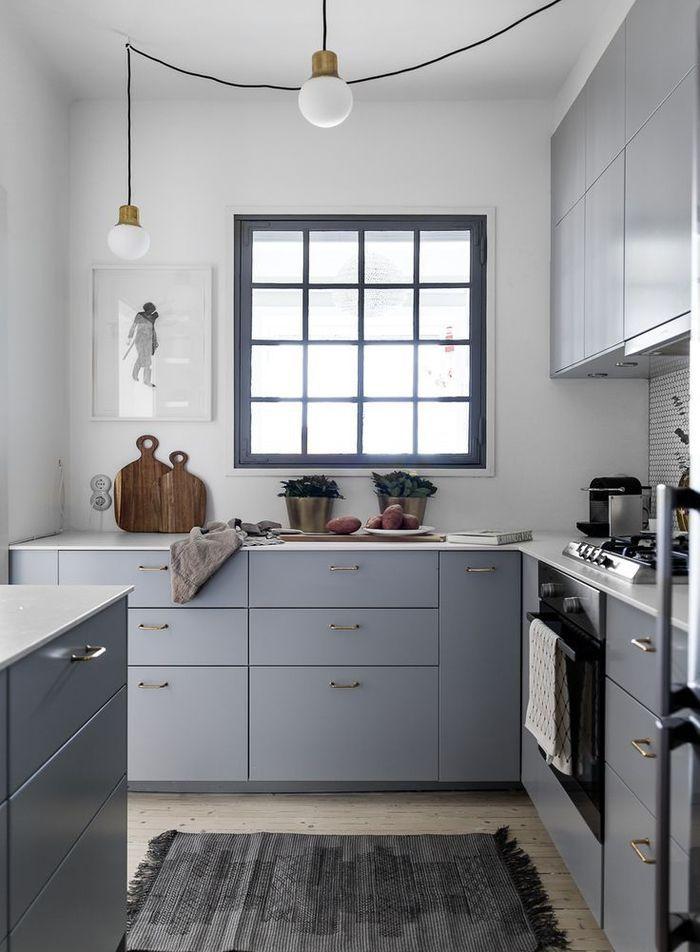 une cuisine gris clair de petite surface, de style ...