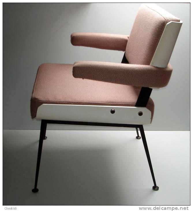 ancien fauteuil chaise alain richard design 1950 1960 simili cuir rose saumon bois metal old. Black Bedroom Furniture Sets. Home Design Ideas