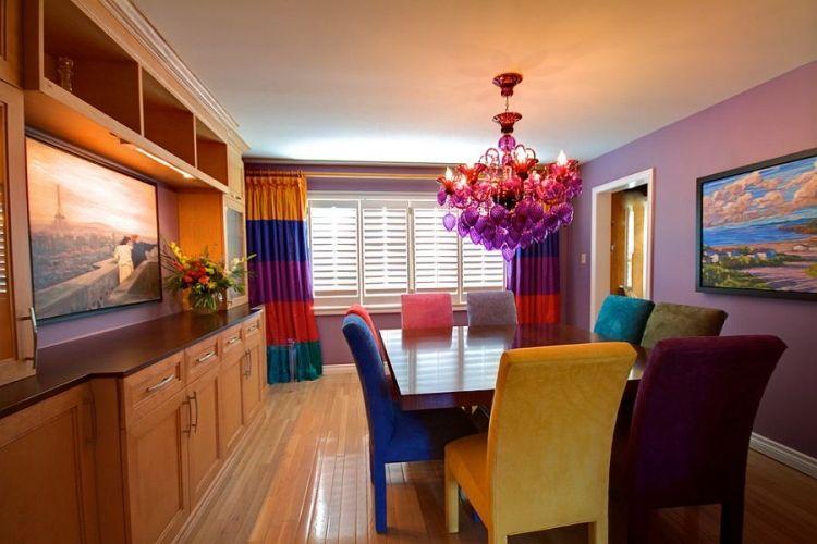peinture murale mauve, lustre design coloré, table à manger en bois