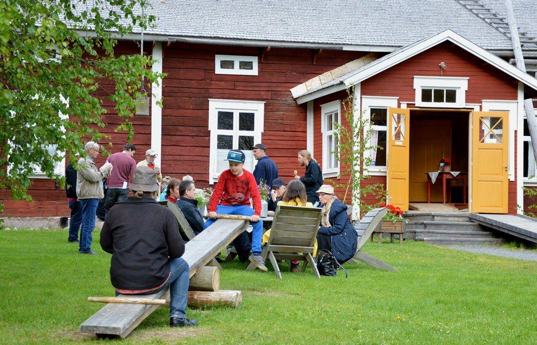 Juhannusviikonlopun vieraat voivat piipahtaa myös Kahvila Köökipiian maukkaalla lohisopalla ja nauttia herkullisista kotileivonnaisista. Oulu (Finland)