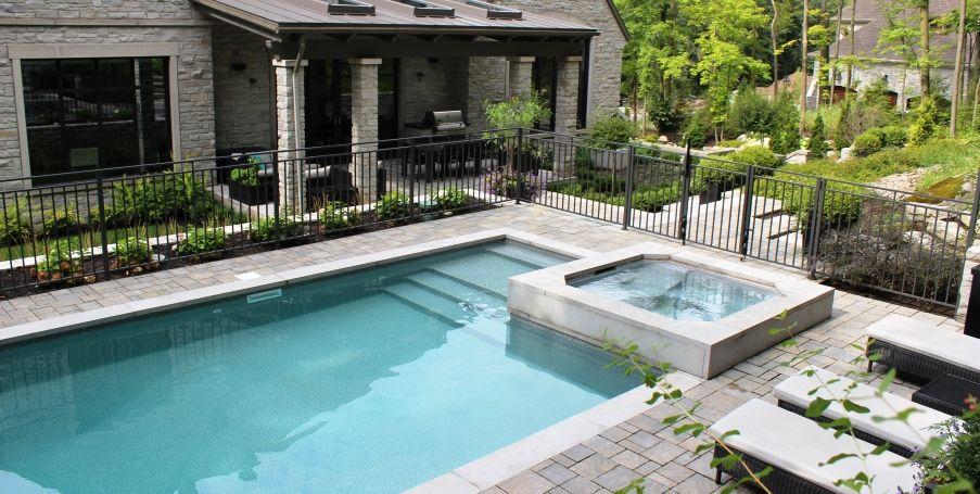 cour arriere contemporaine en pierres naturelles piscine creusee spa encastre ladouceur. Black Bedroom Furniture Sets. Home Design Ideas