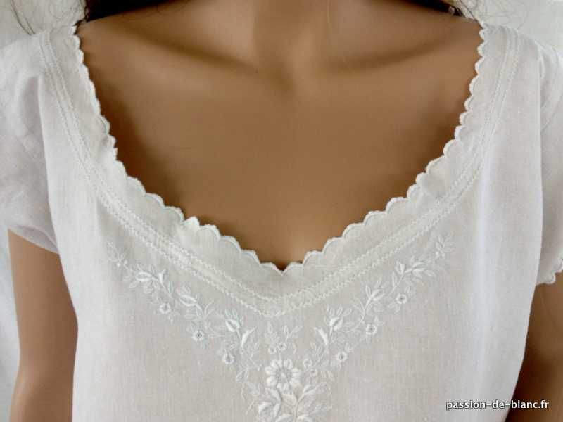 LINGE ANCIEN/Somptueuse chemise de jour brodée main sur toile de lin fin avec belle broderie