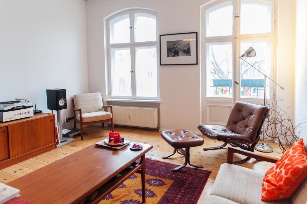 Wunderschn Eingerichtetes Wohnzimmer In Berlin Kreuzberg Mit Schnen Farbakzenten Grossen Fenstern Und Ledersessel 3