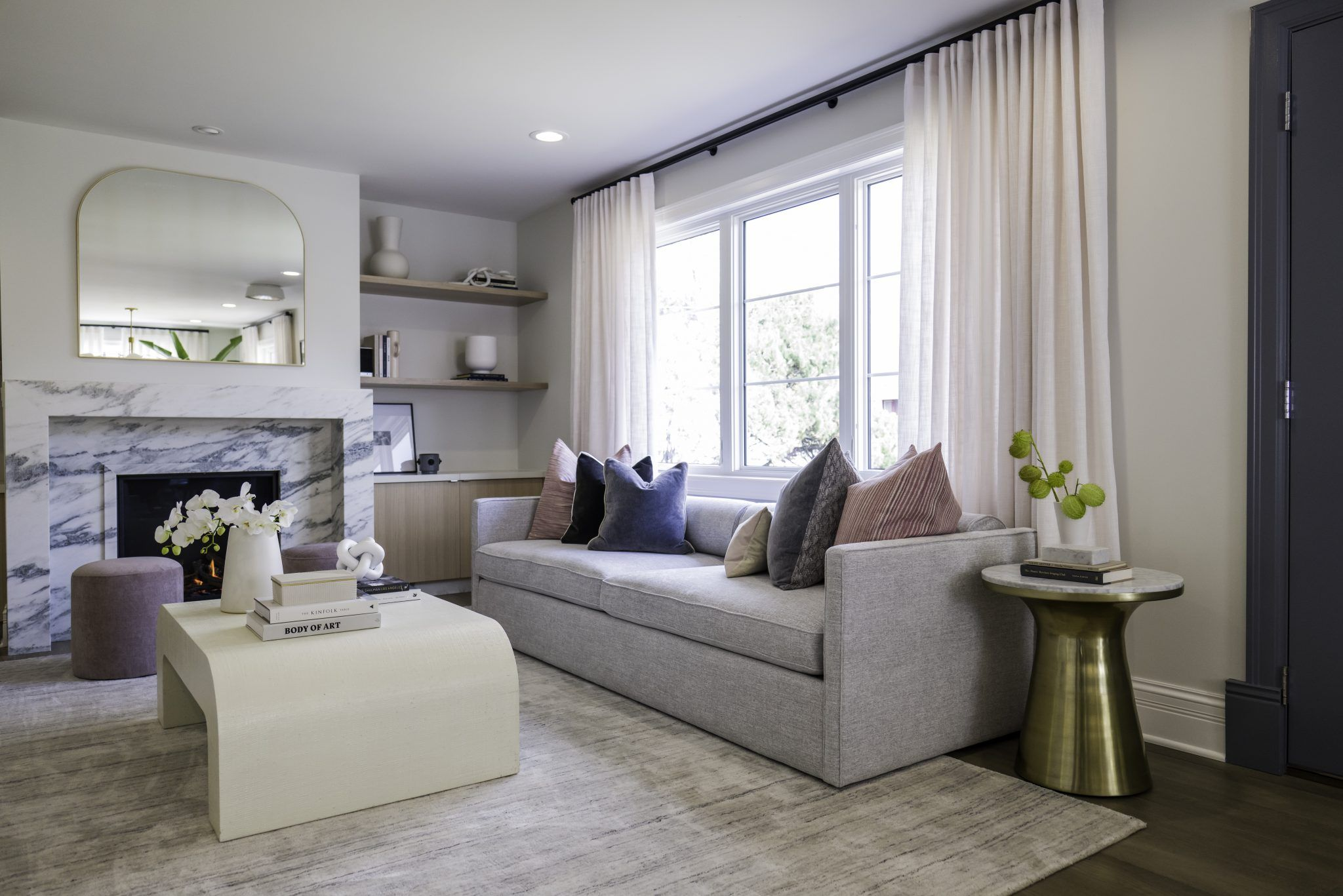 Celebrity Iou Ep 3 With Viola Davis From Close Quarters To Open Space Living Room American Style American Style Living Room White Baseboards Celebrity living rooms decor