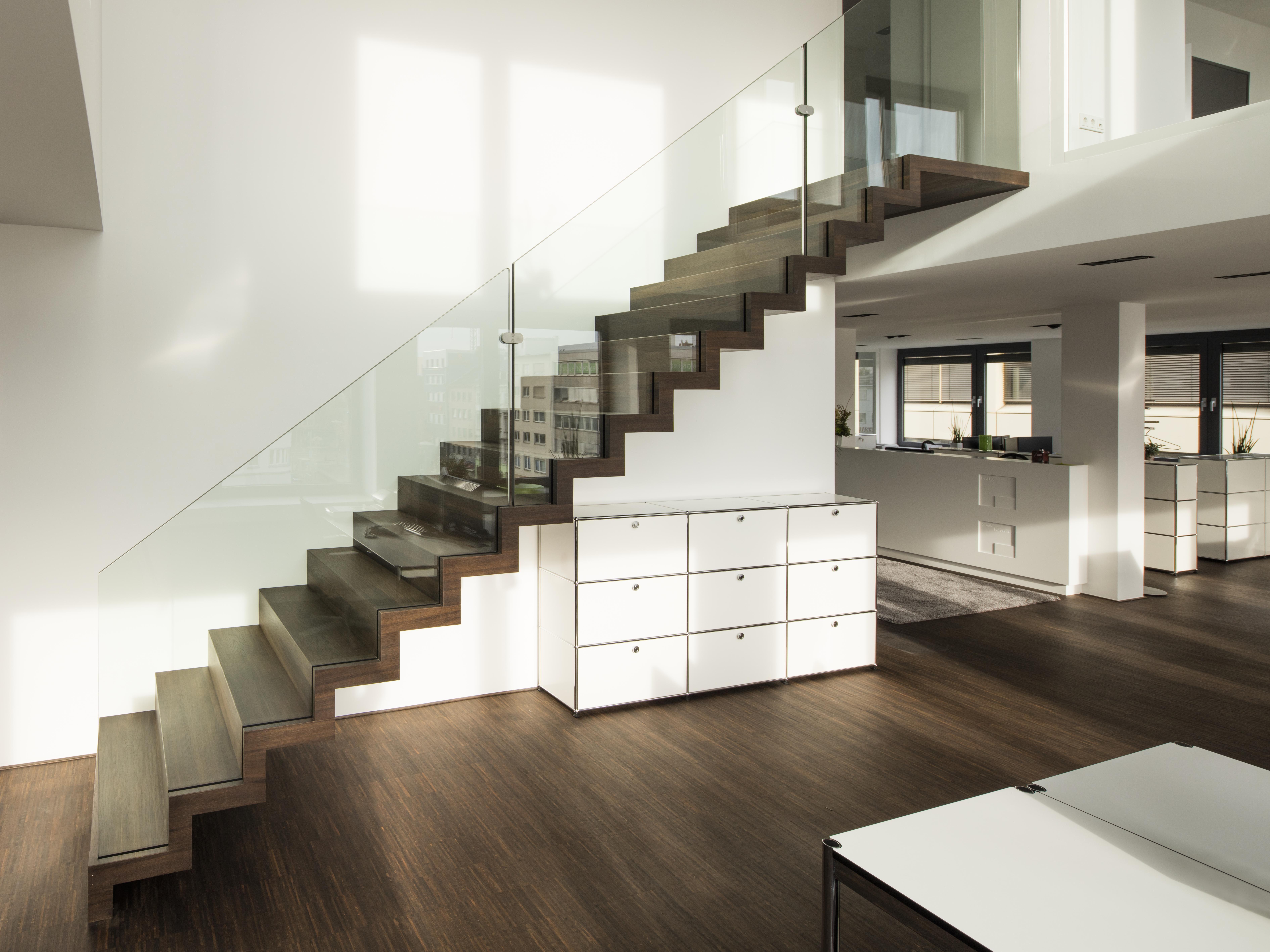 Minimalistische und moderne Faltwerktreppe aus Holz mit Glasgeländer ...