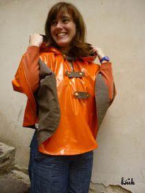 Cape-impermeable-vinyle-orange-doublee-coton-marron-glace