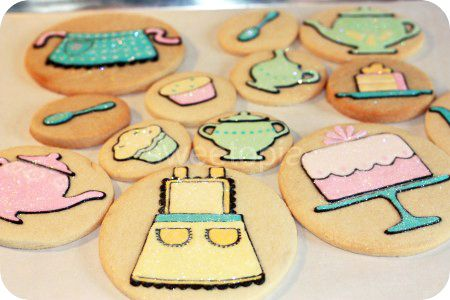 A great example of how you can make any design with a round cookie cutter (since it's not always possible to find a cookie cutter in the shape you want!)