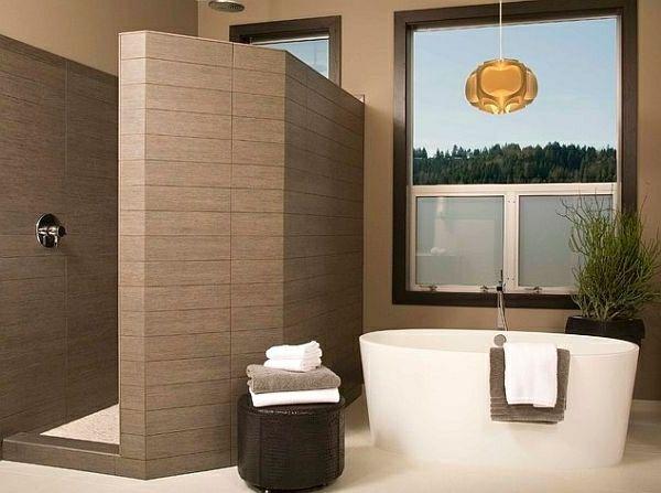 Fenster Badezimmer ~ Geflieste dusche neben einer weißen badewanne neben einem fenster