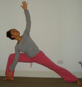 triangle pose  yoga estiramientos estiramientos yoga