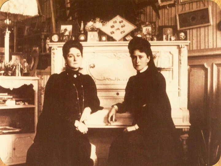 Alexandra with her sister, Grand Duchess Elisabeth in the Mauve Boudoir at the Alexander Palace