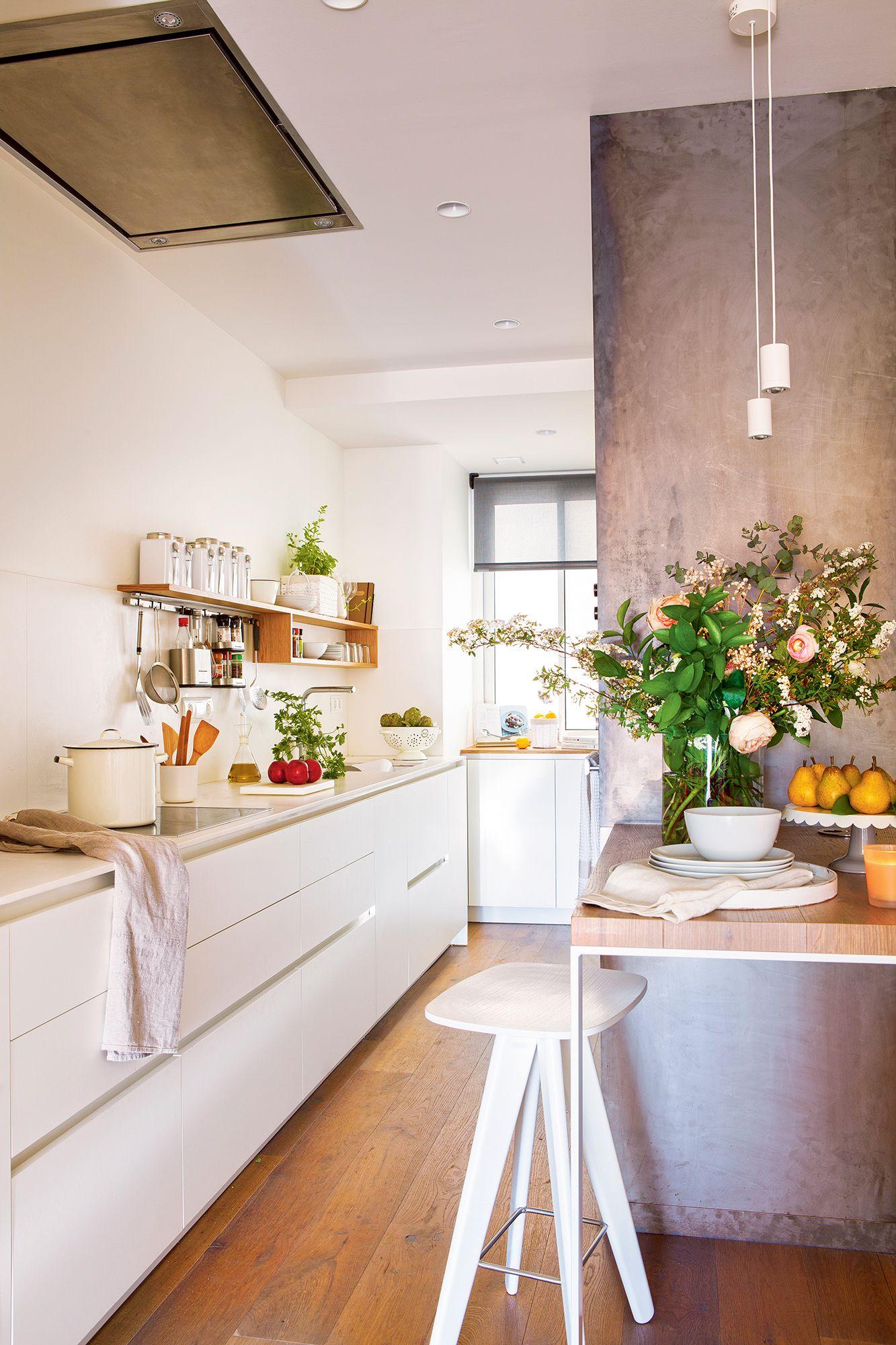 Cocina pequeña con muebles en blanco y sin armarios altos ...