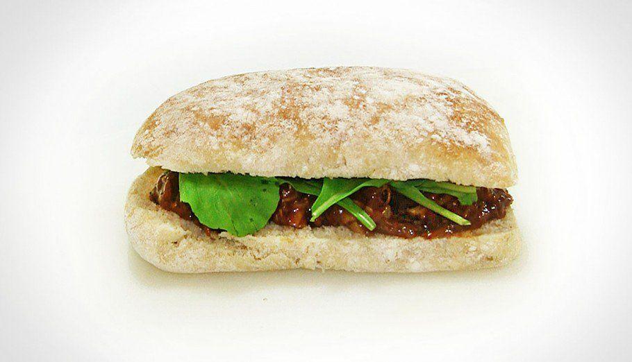 Sanduba de frango no molho barbecue e salada de rúcula (reaproveitamento de alimentos)
