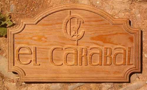 """Cartel tallado en madera de la finca """"el carabal"""" donde se producen unos excelentes vinos."""