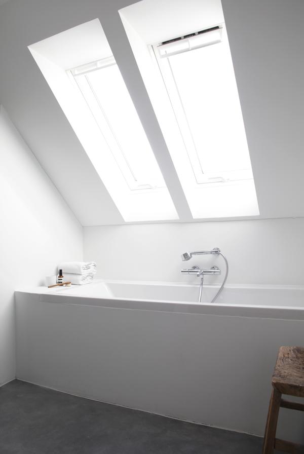 Prachtige oplossing voor jouw badkamer onder het schuine dak met ...
