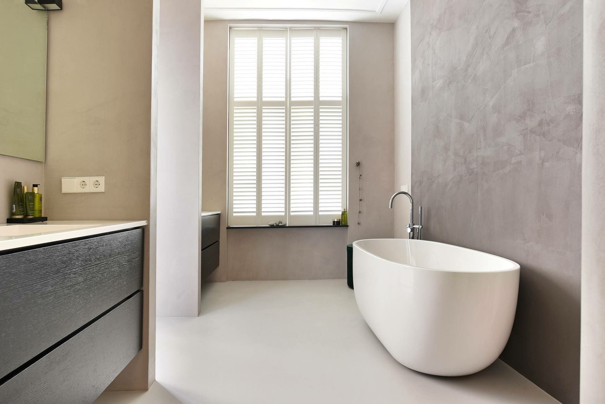 Badkamer Met Gietvloer : Lichte moderne badkamer met gietvloer en vrijstaand bad furniture